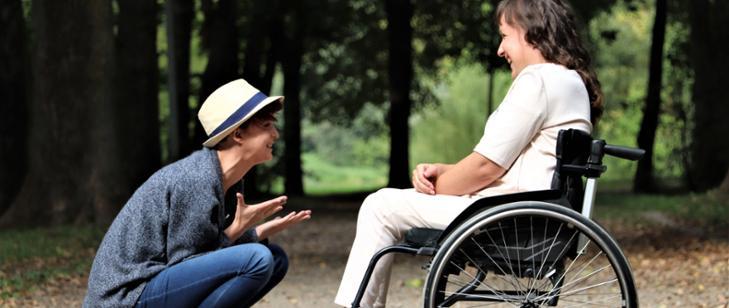 Zdjęcie - Mężczyzna, kobieta niepełnosprawna na wózku inwalidzkim