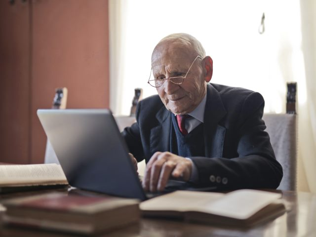 Senior Mężczyzna Laptop
